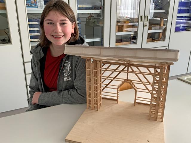 """Sonja Roidner hat mit ihrem Team """"4SeasonStadium"""" ein Modell mit einem ausfahrbaren Stadiondach gebaut, das je nach Jahreszeit länger oder kürzer ist."""